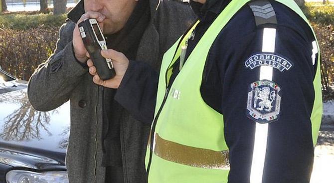 Задържан е 45-годишен мъж от Самоков, управлявал колата си с