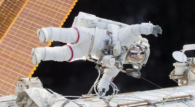 Американският астронавт Андрю Морган и италианският Лука Пармитано днес пристъпиха