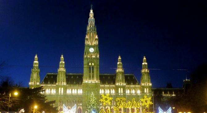 Прочутият коледен базар на площада пред кметството във Виена беше