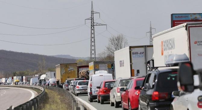 Трафикът на изход за товарни автомобили е силно интензивен на