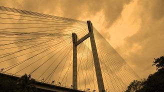 Мост се срути във Франция, момиче загина