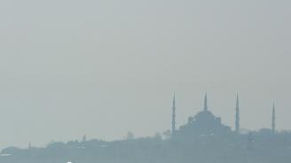 Гъста мъгла затруднява трафика по въздух, суша и море в Истанбул