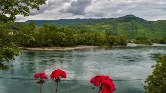 Мигранти прегазват река Дрина, за да избягат от Босна и Херцеговина в Сърбия
