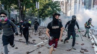 Протестиращи спретнаха дръзко бягство от полицейска обсада в Хонконг