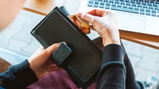 Съдят служителка от фирма за бързи кредити за теглене на пари от чужда дебитна карта