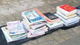 Майка на 6 деца на косъм от затвора за скъсани учебници