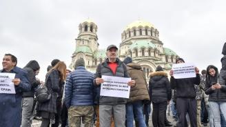 Десетки на протест пред Народното събрание заради Валери Симеонов