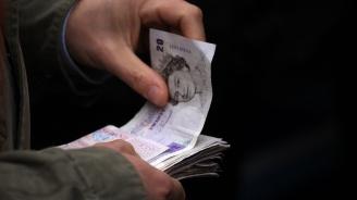 Загадъчната поява на пачки банкноти озадачи жителите английско селище