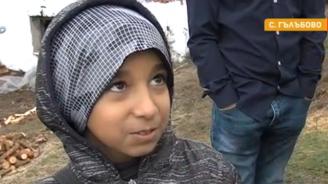 Дете-бежанец дари спестяванията си на бедно многодетно семейство