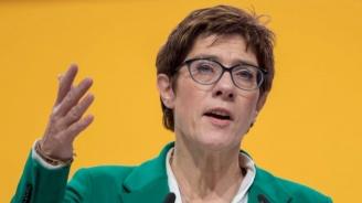Наследничката на Меркел отбягва слуховете, че ръководната ѝ позиция може да бъде оспорена