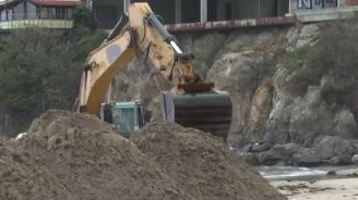 Багер изкопа пясъка на плажа в Созопол