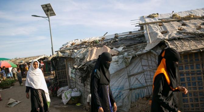 Полицията премества имигранти от незаконен лагер в Париж