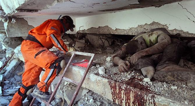 Спасиха оцелял под руините в Албания два дни след труса