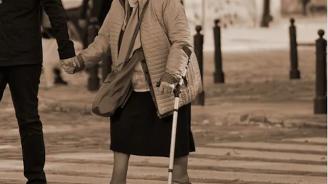 Кола помете възрастна пешеходка в Габрово