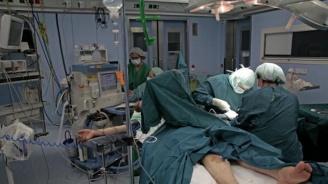 Турски хирурзи присадиха китки на мъж