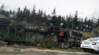 Товарен автомобил се преобърна край село Усойка, движението е затруднено