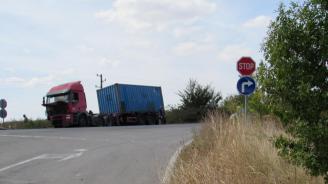 Катастрофирал камион затапи движението по главен път Е 79 в района на с. Усойка