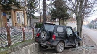 Джип се размаза в дърво и повреди оградата на кметство в Русенско