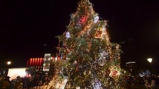 Кметът Йорданка Фандъкова запали светлините на коледното дърво в София