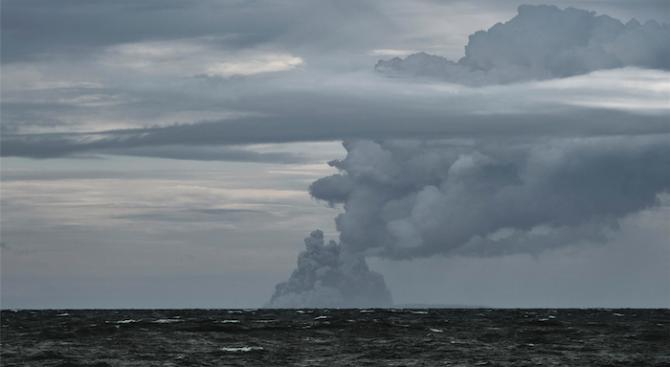 Цунамито след изригването на вулкана Анак Кракатау е било с височина поне 100 метра