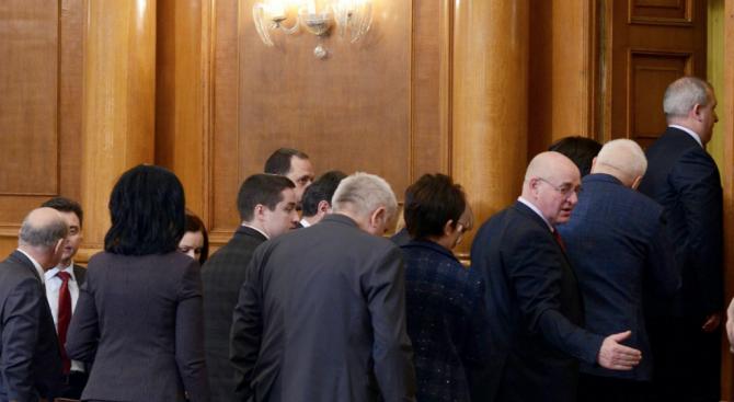 "БСП и ""Атака"" спретнаха лют парламентарен скандал"