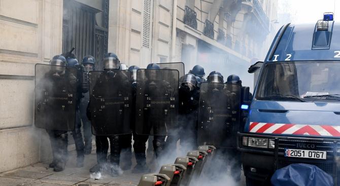 150 протеста парализират Франция