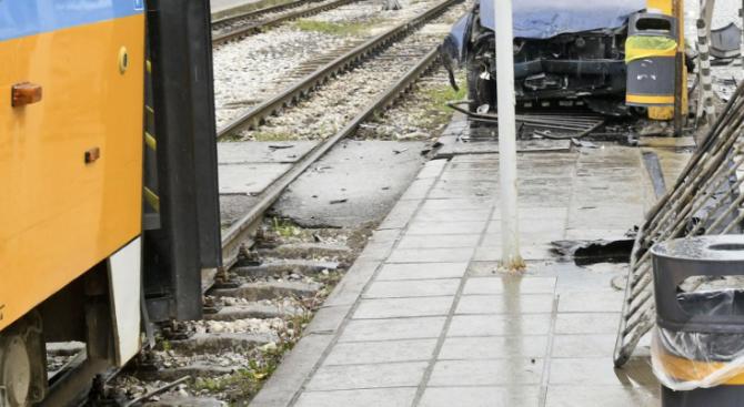 Бус се заби в трамвай в София