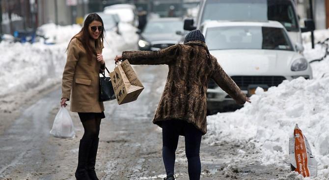 """Над 100 преминали през спешното на """"Пирогов"""" за денонощие заради леда"""