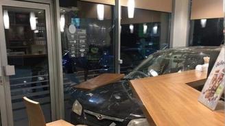 Кола мина през стъклото на бензиностанция в Берковица