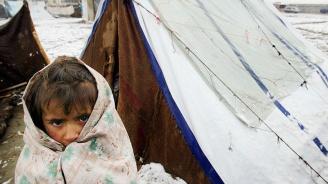 Мигранти блокирани в Босна в импровизиран лагер в студа и снега