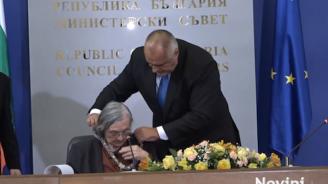 Борисов награди с орден ''Св. Паисий Хилендарски'' културния деятел Димитрина Гюрова-Савова
