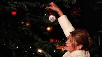 Десислава Радева окичи коледна топка на елхата на ''Даунинг стрийт''