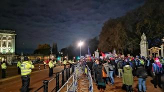 Протести пред двореца, където Елизабет Втора прие държавните глави на страните, членуващи в НАТО