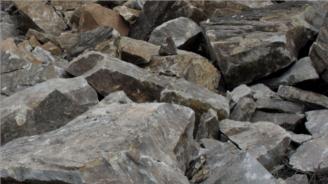Срутила се скална маса затруднява движението на пътя Асеновград - Смолян
