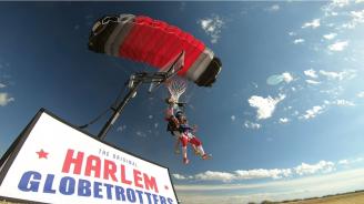 Баскетболист направи рекордна забивка с парашутен скок от 4 километра