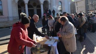 За Никулден Община Ловеч осигури на гражданите безплатна рибена чорба и питка