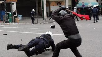 Полицията използва сълзотворен газ против анархисти в Атина и Патра