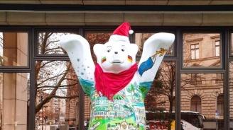 Украсиха с шапка на Дядо Коледа българската мечка в Берлин