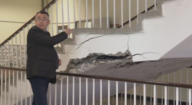 Кметът на Кърджали разкри на какво се дължи пропадането на стълбище в училище в града