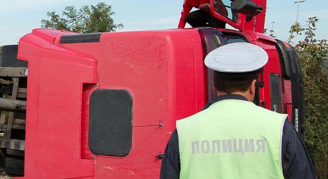 Камион се преобърна при разтоварване и рани един мъж