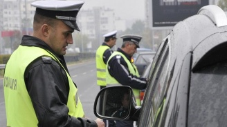Шофьор без книжка се опита да подкупи катаджии