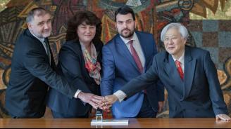 Зам.-министър Георгиев валидира пощенска карта за три юбилея в дипломатическите отношения между България и Япония
