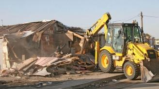 Събарят незаконни къщи в пловдивска махала