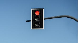 Шофьор не спря на червен светофар и рани двама
