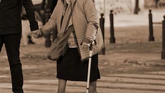 Товарен автомобил помете 91-годишна жена