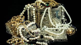 Издирват 27-годишна жена за кражба на пари и златни накити