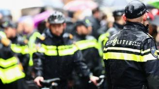 Полицията изкара насила протестиращи от амстердамско летище