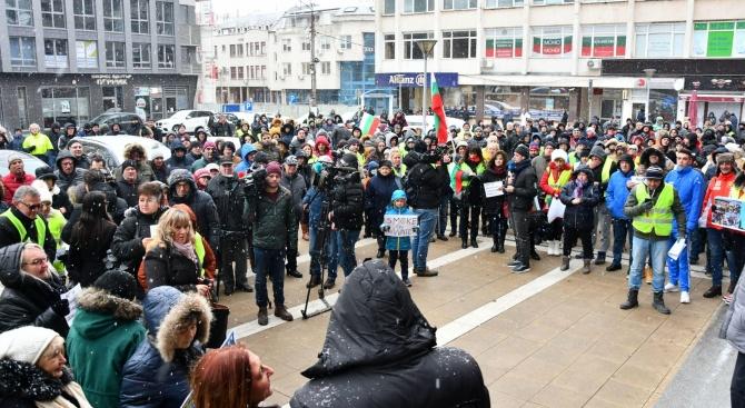 Перничани с протест и молебен заради водния режим в града