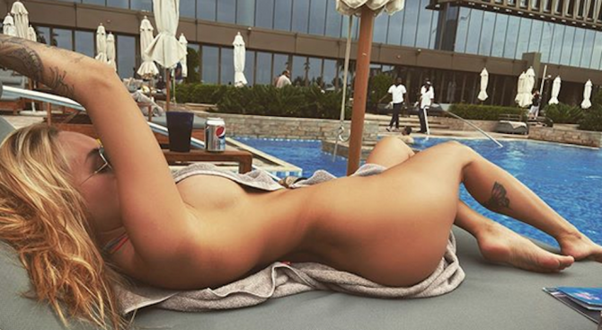 Футболна съпруга се пусна гола и се обяви за продан
