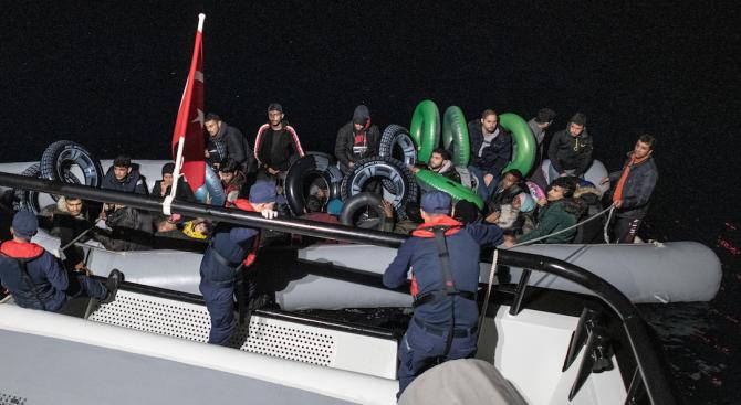 Лодка с мигранти потъна край Западна Турция, 11 души загинаха